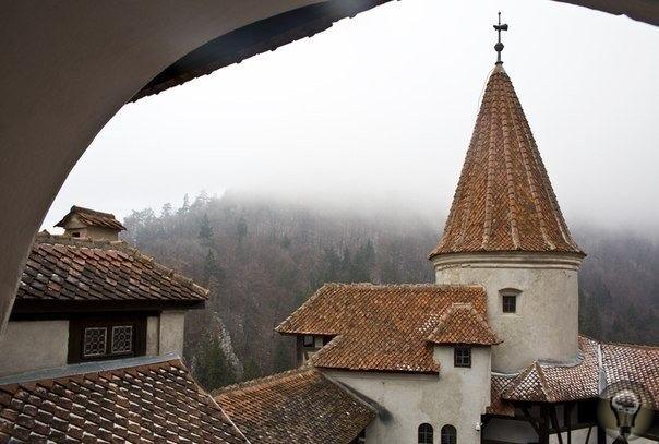 Замок Бран (Замок Дракулы . Трансильвания. Румыния. В те времена, когда строительство замков в Долине Луара только началось, а сооружение Замка Алказ из Толеро было практически закончено, а