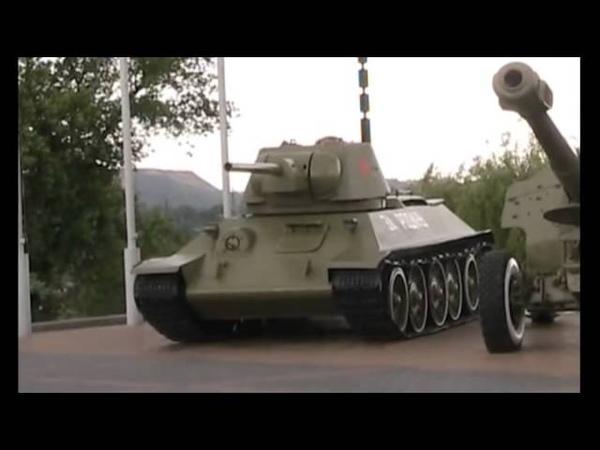 В центре Донецка ополченцы вывозят раритетные танки и пушки