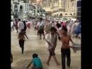 ☔️💦🏄 Дети играют в лужах на площади мечети после прошедшего дождя