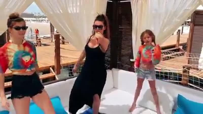 Анна Седокова впервые за долгое время увиделась с младшей дочерью Моникой