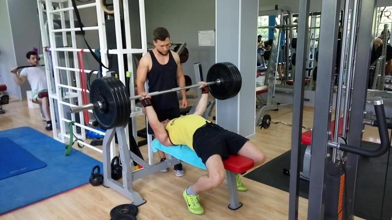 Жим лёжа 142,5 кг. Собственный вес 82 кг.