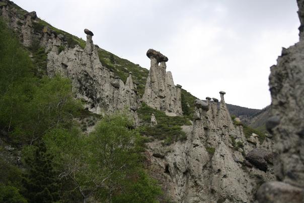 Ещё раз каменные грибы из далека. Вообще-то я ожидал что-то вроде Красноярских столбов, которые примерно в два раза выше и к ним очень тяжело подойти. А здесь довольно легко подойти, но они ниже и с камнями на вершинках=)