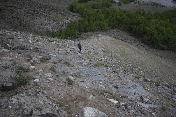 Настенька ускакала вниз. За мной шёл Лёша и всё приговаривал, что она идёт не туда, больно сложный маршрут выбрала. И действительно, спускаться было не очень приятно. Но мне хотелось именно это место, потому что тут по камням, всё ещё высоко и вообще круто же, можно попрыгать вдоволь (а когда настолько мало впечатлений за день — самое оно).