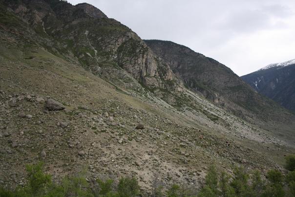 Соседний через реку горный склон.