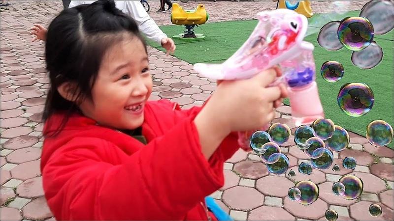 Gia Linh và em Cò chơi đồ chơi Cá Heo thổi bong bóng đến lượt Gia Linh chơi