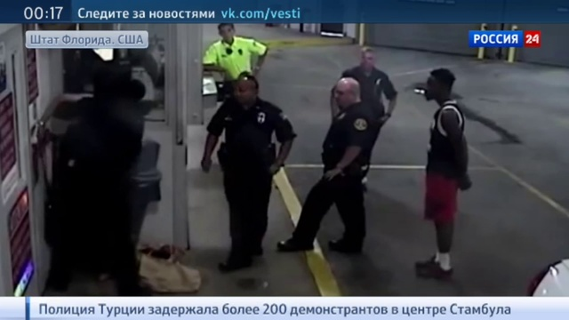 Новости на Россия 24 • Во Флориде полицейский жестоко избил женщину в наручниках. Видео