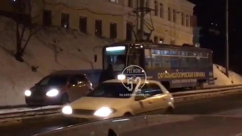 Трамвай буксирует легковушку с трамвайных путей Регион 52