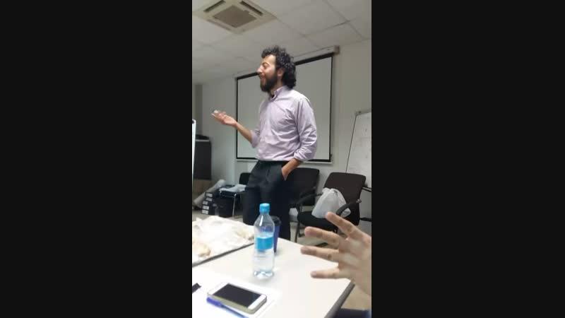 Густаво из Аргентины ведет курсы на английском для русских и казахов 😊