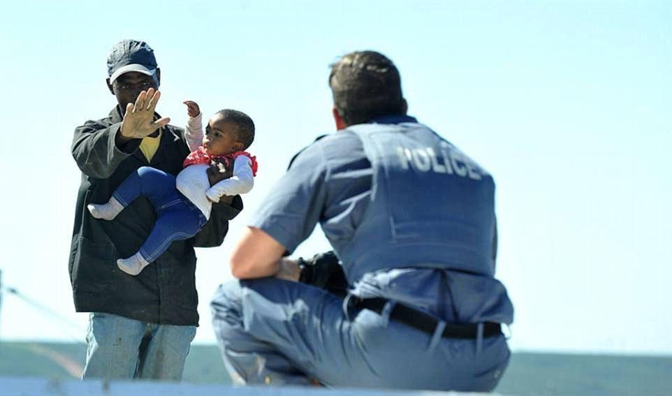 Мужчина швырнул шестимесячную дочь с крыши дома в знак протеста.