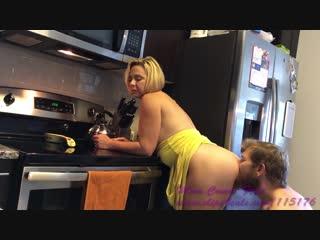 Сын трахает зрелую маму на кухне, family sex incest mom son mature milf young fuck cum hip ass (инцест со зрелыми мамочками 18+)