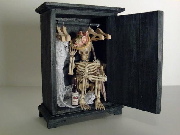 Скелетам в моём шкафу становится тесно, И скоро они друг за другом пойдут наружу. И я вслед за ними, искать на планете место, Где снова окажется, что я кому-то нужен. © Леонид