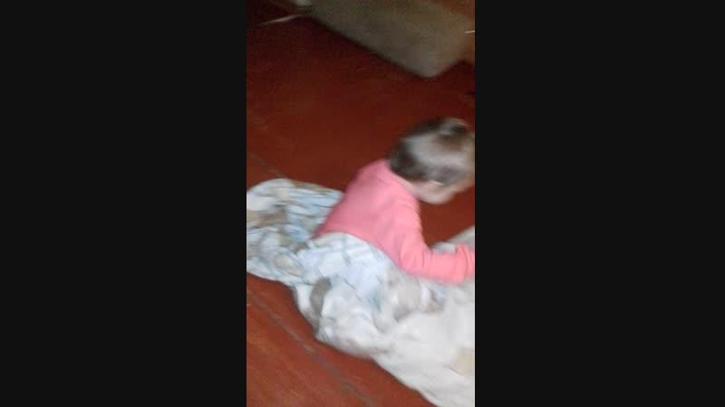 Аделина закутывается в одеяло.