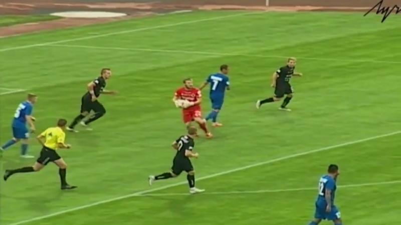 Вратарь воронов Евгений Костюкевич забивает гол Витебску ударом от своих ворот
