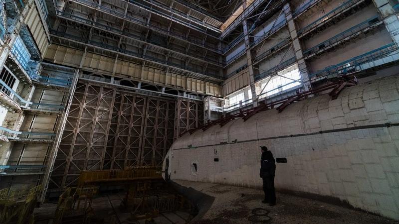 Наши дни, космические челноки проекта Буран на консервации в цехах космодрома Баконур.