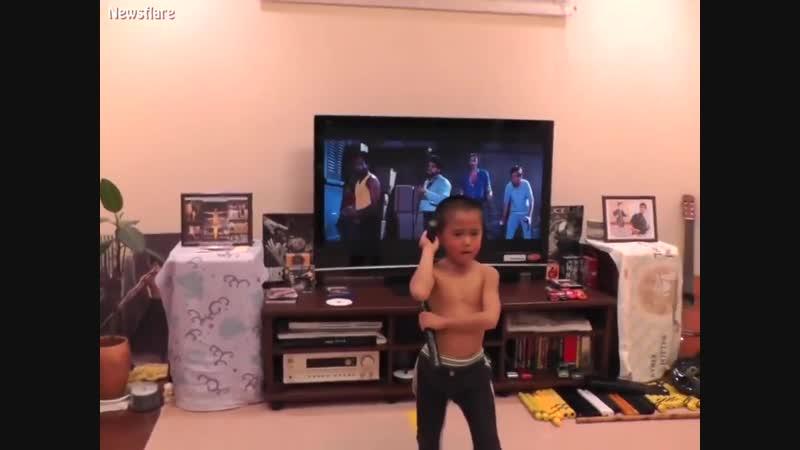 Мальчик, реальный фанат Брюса Ли.