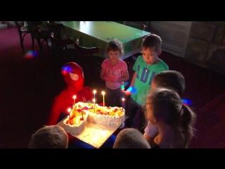 Человек-паук выносит торт