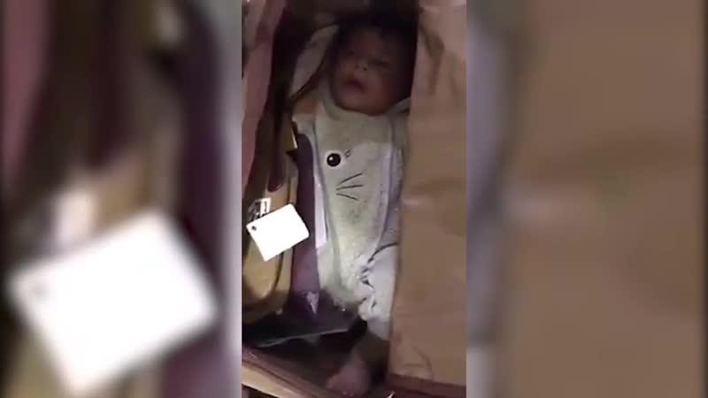 Сотрудники аэропорта в Дубае нашли в дорожной сумке похищенного в Пакистане 5тимесячн. ребенка. Его спрятали и держали в ручной