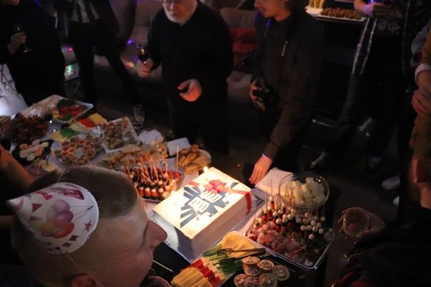 Внесли красивый торт с вкуснейшей пастилой. Сам торт слоёный и вкусненький.