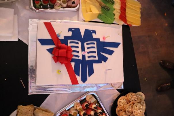 Тортик с современным логотипом