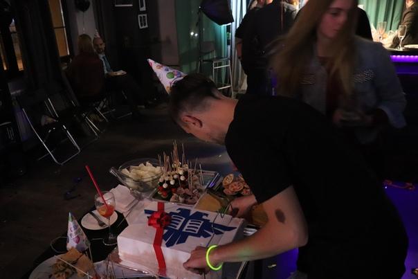 Тимур режет торт.
