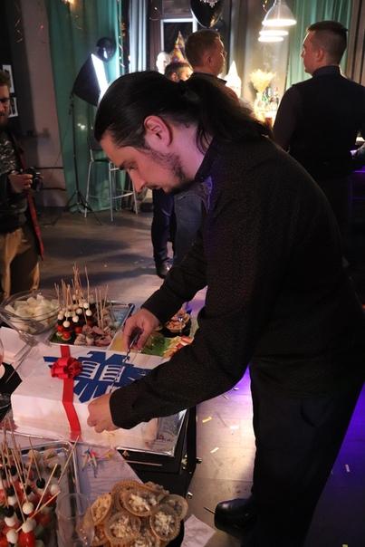 Теперь Фёдор режет торт.