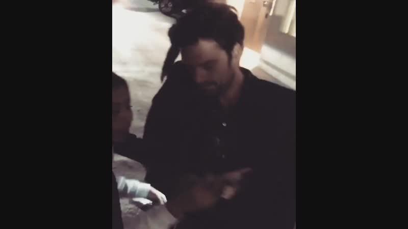 Себастиан раздает автографы после записи шоу «Джимми Киммел в прямом эфире» | 8.11.18