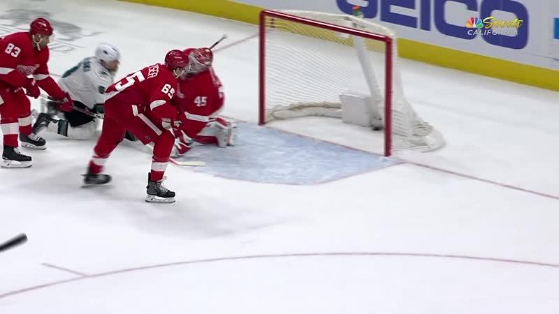 Joe Pavelski keys Sharks comeback with hat trick