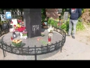 На могиле у Виктора Цоя