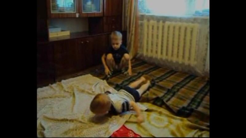 Два братика Матвей и Миша мутузятся.