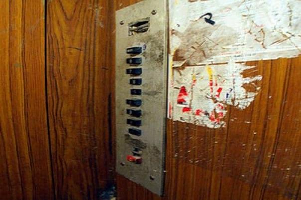 лифт ... захожу вчера вечером в грузовой лифт. в обеих руках — пакеты с продуктами. мне тяжело. мне мокро. мне устало. я промочила ноги, в самом начале, когда пыталась перелезть сугроб, и