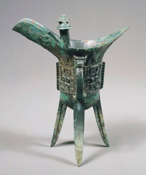 Бронзовый кубок на трех ножках. Китай, около 1300 г. до н. э.