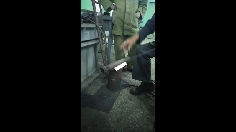 Мастер учить резать трубу электродом.