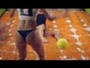 Futebol de sabão Loira mostra habilidade com os pés