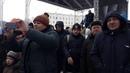 Дед Мороз на площади Ленина в Бресте во время кормления голубей проводит праздничную программу