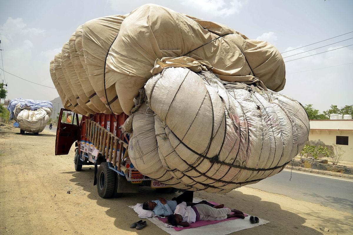 Мы не стоим под грузом - мы под ним спим: Послеобеденный отдых индийских водителей