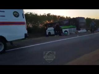 В коломенском районе московской области пассажирский автобус опрокинулся в кювет.