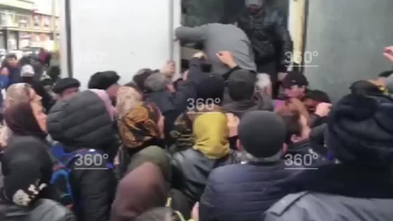 Раздача садаки милостыня которую мусульмане выплачивают нуждающимся у мечети от сенатора Сулеймана Керимова вызвала давку в Д