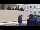 У больницы в Волоколамске уже около 2000 человек. Детей увозят на скорых из нескольких школ из-за отравлений.
