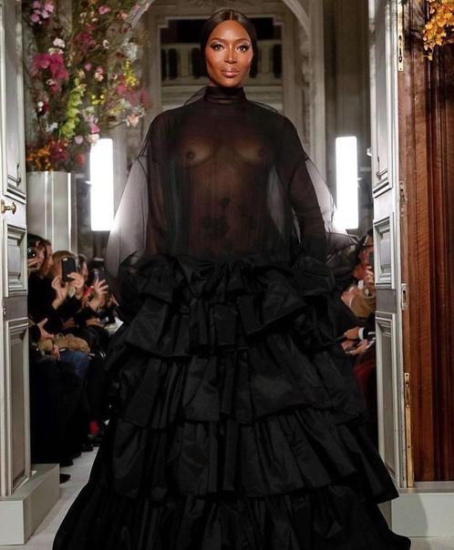 Вот это камбэк: спустя 14 лет Наоми Кэмпбелл вернулась на подиум Valentino в абсолютно прозрачном наряде 48-летняя Наоми Кэмпбелл в очередной раз доказала, что возраст в модельном бизнесе не
