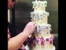Декорирование многоярусного торта цветами из мастики🌺🍰✅