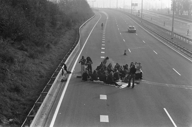 Пикник на скоростном шоссе во время бензинового кризиса. Нидерланды, 4 ноября 1973 года.