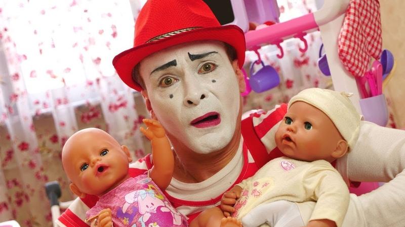 Palyaço ikiz bebeklere bakıcılık yapıyor! Komik çocuk oyunları. Oyuncak bebek videosu