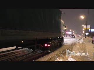 Фуры, буксующие на Волгоградском проспекте из-за снегопада