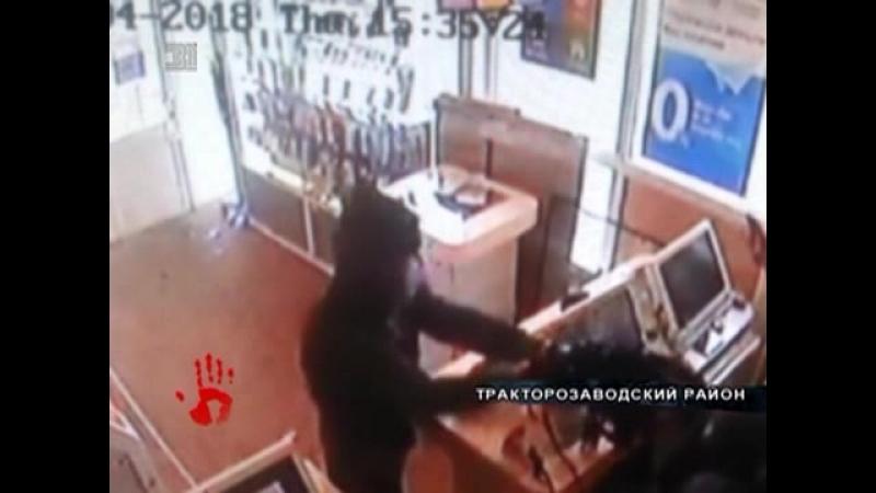 Вооруженный налет на салон связи в Челябинске. Грабитель в маске и капюшоне