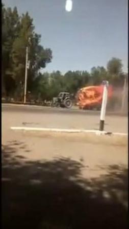 этот трактор в огне и нам некуда больше спешить