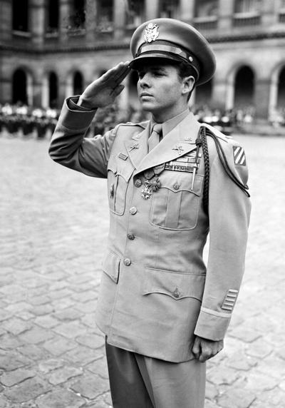Оди Мёрфи герой, остановивший танки и покоривший Голливуд От добровольца, который накинул себе возраста и пошёл в армию «куда угодно, лишь бы взяли», не приходится ждать трусости и