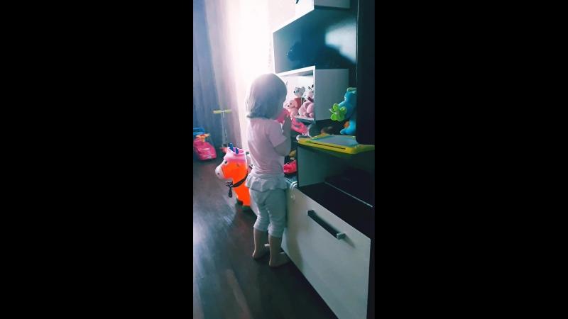 Эльзоня сама себе включает музыку и танцует и поет😊😍Удалось заснять небольшой фрагмент А так она наизусть знает Антошку
