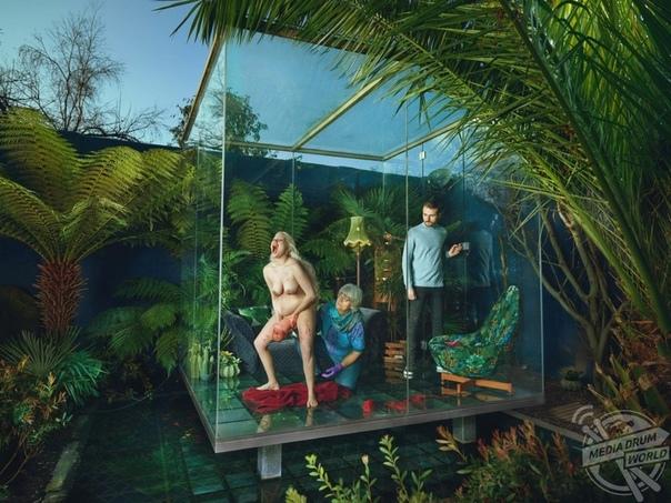 Роды в стеклянном кубе 32-летняя фотограф Натали Леннард (Natalie Lennard) из Уортинга, Сассекс, Великобритания, сделала серию снимков Salle Sauvage, которая является частью ее более широкого