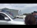 Кортеж Москальковой проезжает мимо Денисовой у входа в колонию в Лабытнанги. Струхнувшая Москалькова спряталась в машине.