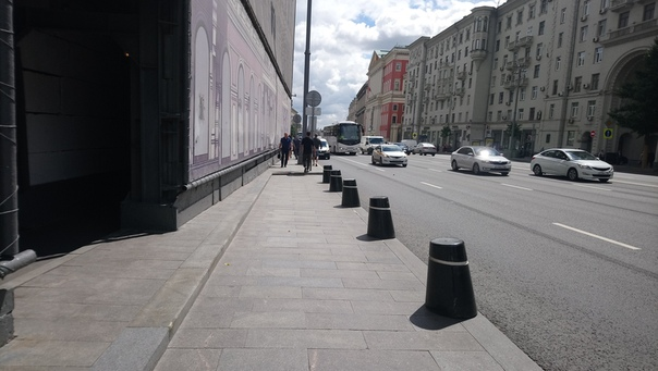 Чтобы не парковались на очень важной улице и не приставали к туристам-болельщикам и вообще давали пространство для прохода поставили временные заграждения. Классно.  5 июня 2018